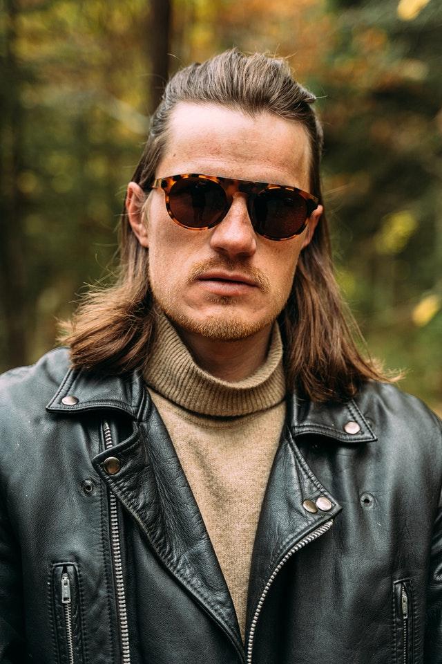 Un homme portant des lunettes