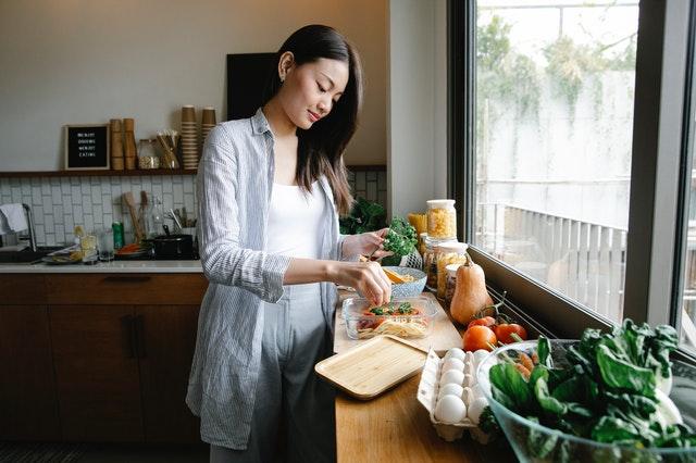 Une femme entrain de cuisiner